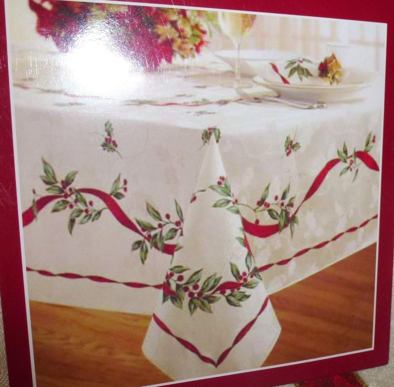 Amazon Com Bed Bath Beyond Christmas Laurel Tablecloth 52 X 70