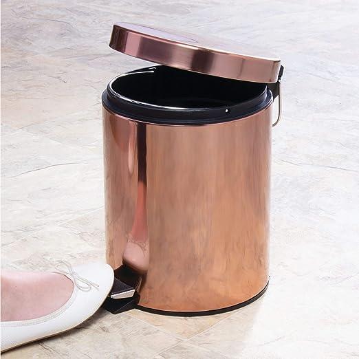 mDesign Cubo de basura con pedal - Contenedor de residuos de metal con tapa y cubo plástico removible - 5 litros - Para cosméticos o como papelera de baño, ...