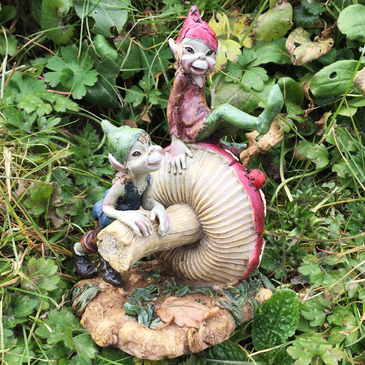 Pixie Fratelli seduti su un fungo magico da giardino di alta qualità Decor Figurines elfo fate e bambini, altezza: 14cm Fiesta Studios