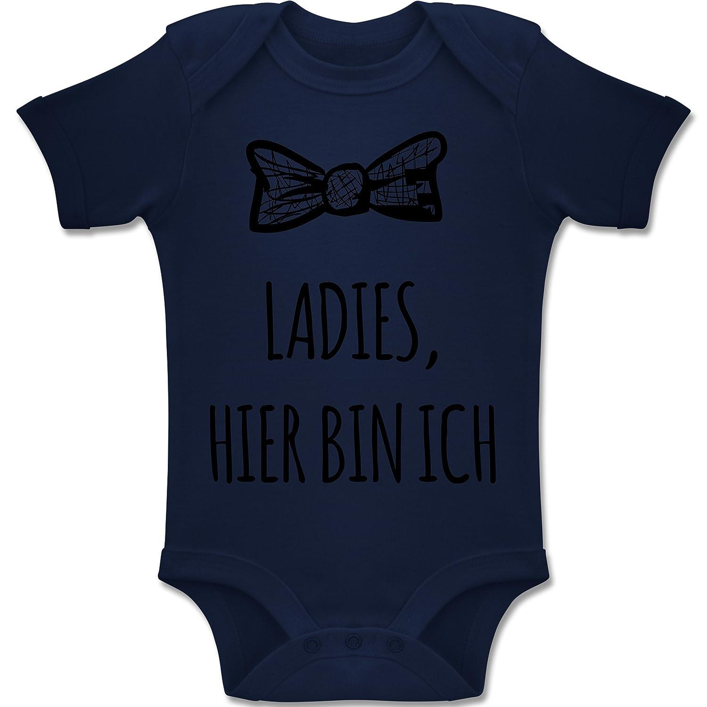 Shirtracer Sprüche Baby - Ladies Hier Bin ich - Baby Body Kurzarm Jungen Mädchen BZ10