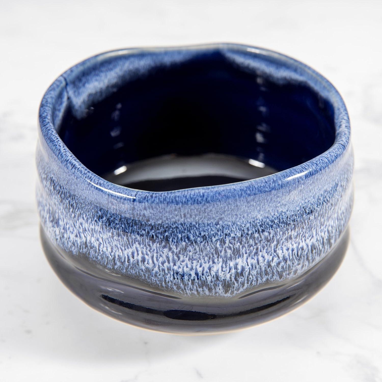 Kumiko Matcha - bol à thé matcha série écume - chawan traditionnel parfait pour votre rituel ou cérémonie du thé matcha - bol noir et bleu