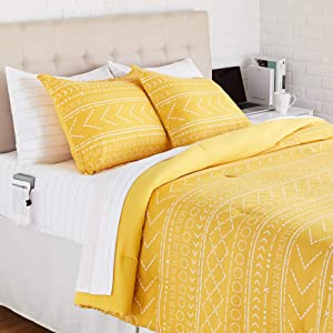 AmazonBasics Reversible Microfiber Bed-in-a-Bag with Elastic Storage Pockets - Full/Queen, Gold Dotted Stripe