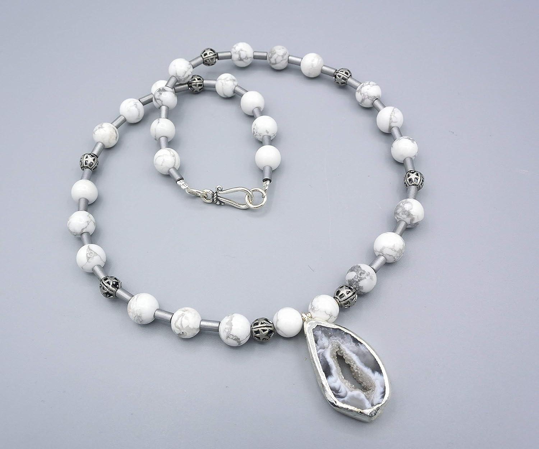 4678eaa08d1ae8 Howlith Kette - weiß graue Howlith Kette mit Chalcedon Anhänger - Damenkette  - Beads-
