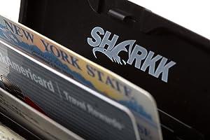 Billetera de aluminio para tarjetas de crédito  SHARKK, color rosada.