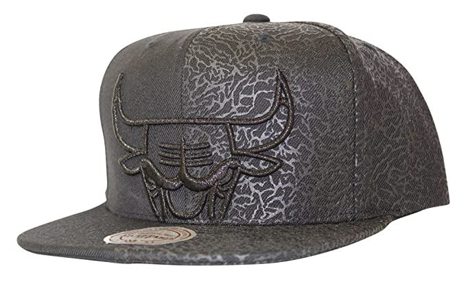 ecf80c67c13 Mitchell   Ness Men s NBA Chicago Bulls Black Cat Split Logo Snapback Hat