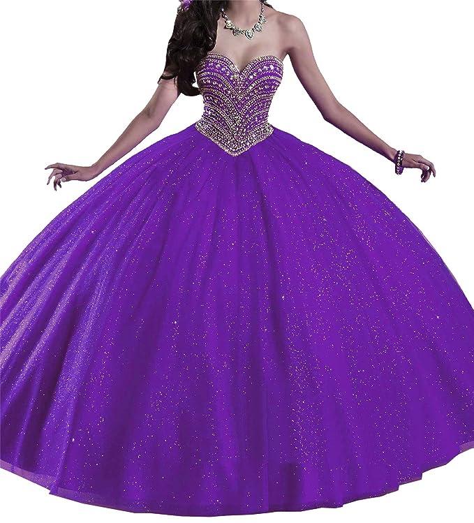 56aa161ed0 Este vestido viene con un escote de corazón adornado con pedrería