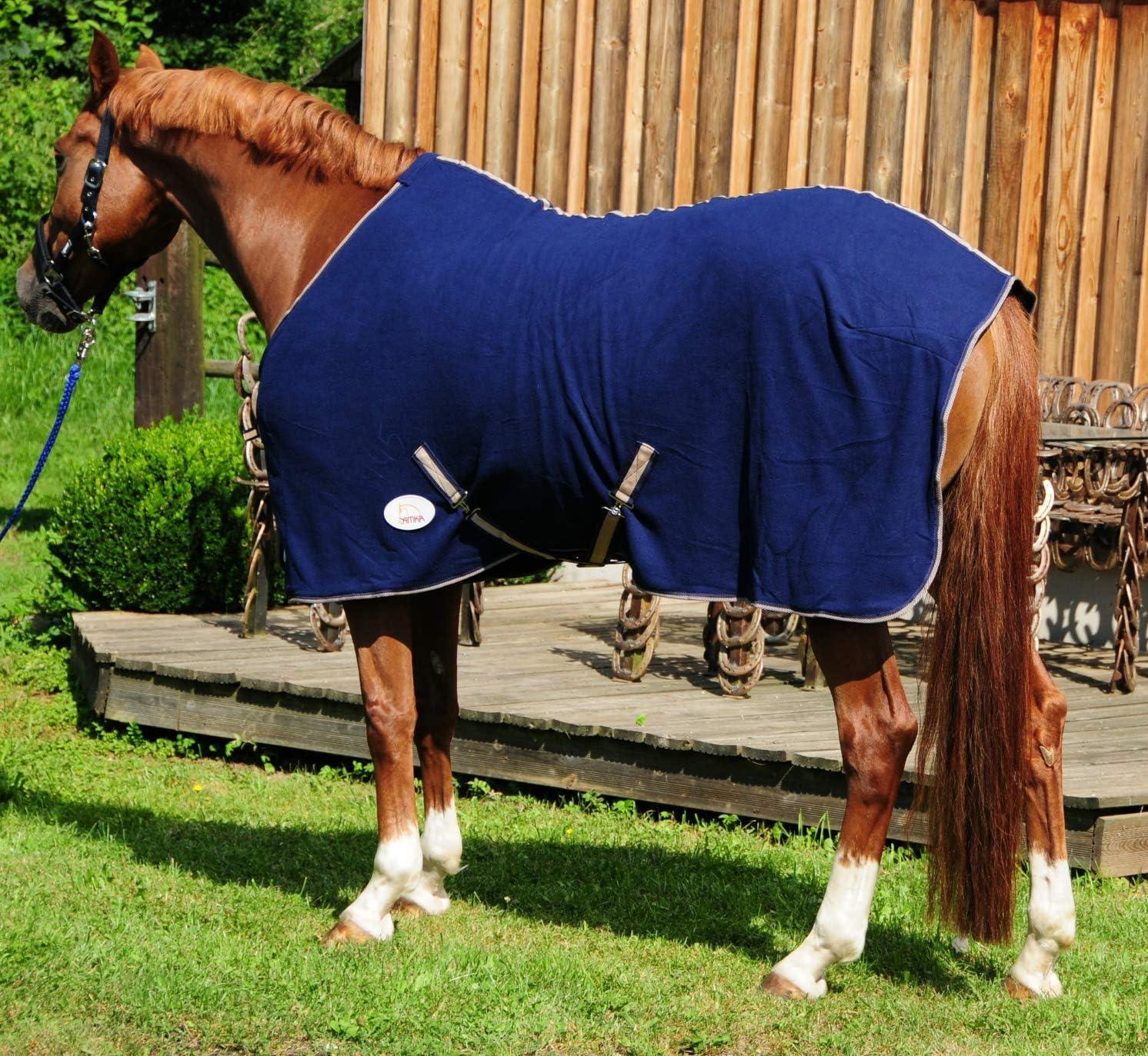 Manta de forro polar para caballos de AMKA, color azul oscuro con correas cruzadas