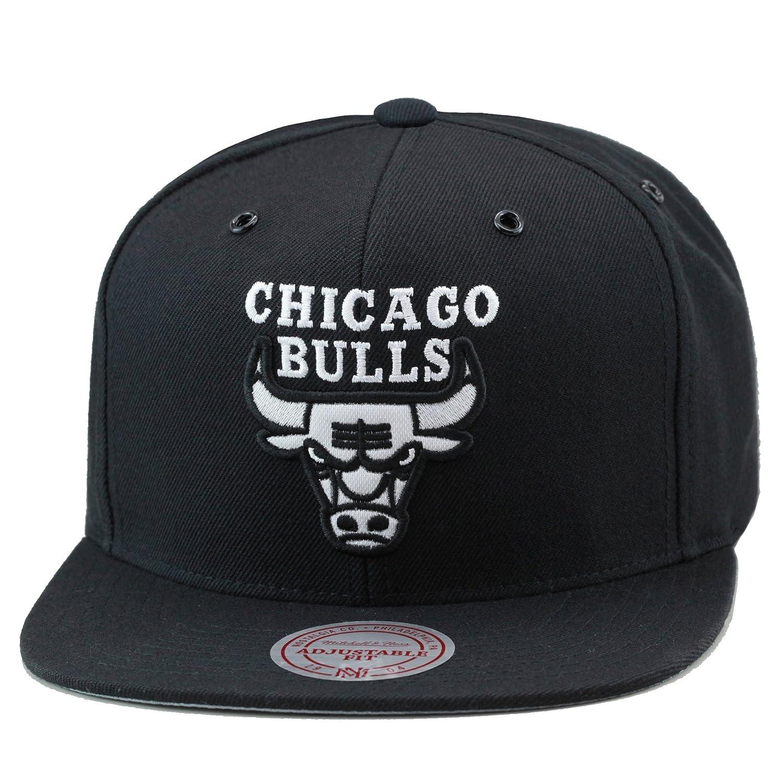 8135e19fe Amazon.com: Mitchell & Ness Chicago Bulls Snapback Hat Black/White  Canvas/Metal Eyelets: Clothing