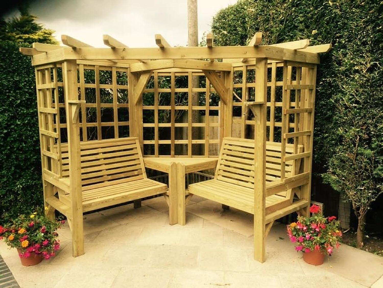 Holz-Gartenmöbel / Eck-Gartenlaube mit Sitzbänken und Spalier.