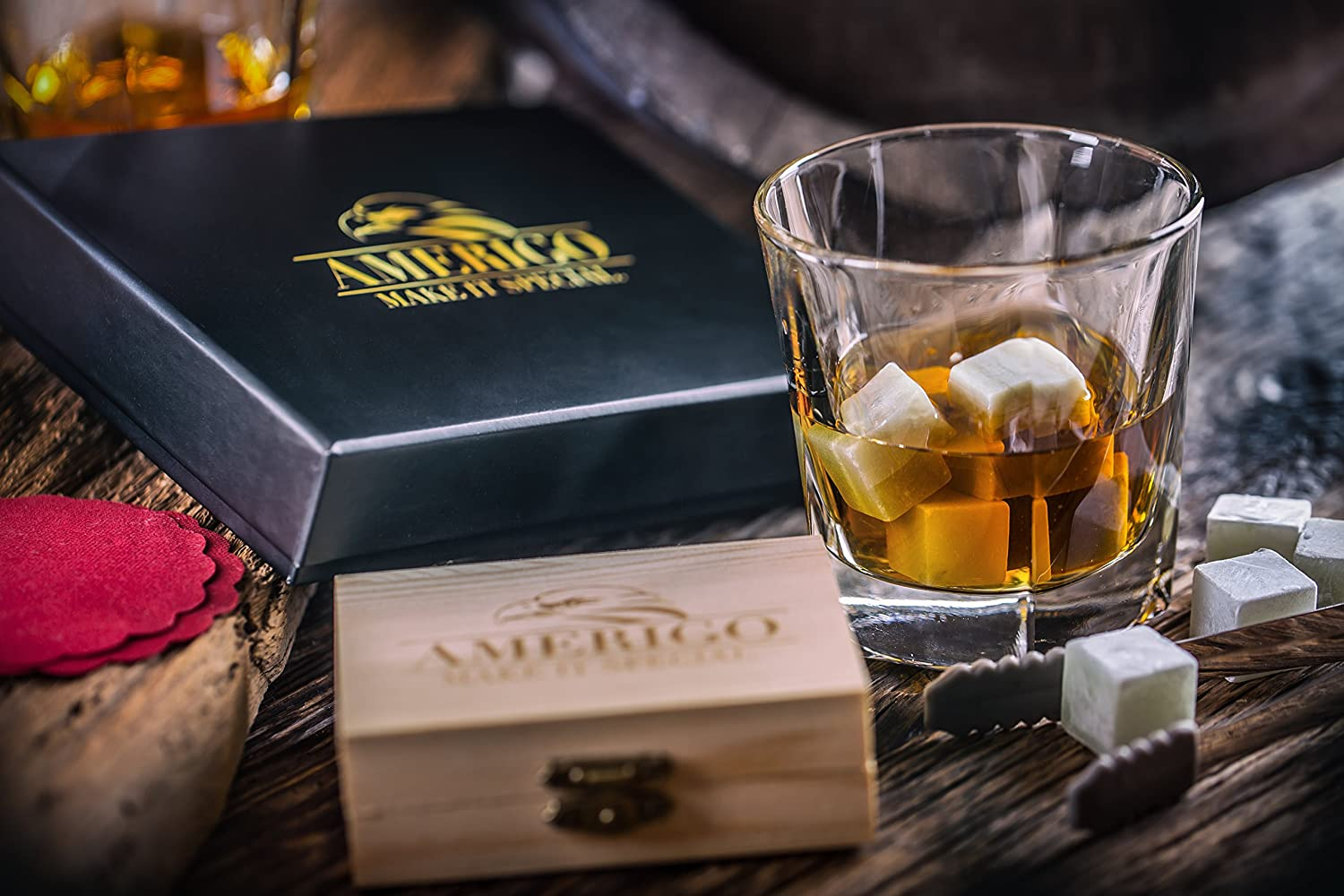 Coffret cadeau homme original et pas cher : Ensemble de Cadeaux Whisky Pierres par Amerigo - Ensemble de 9 Whisky Rocks - Whisky Stones Gift Set - Whisky Glacon Granit - Pinces en Acier et 2 Sous-verres