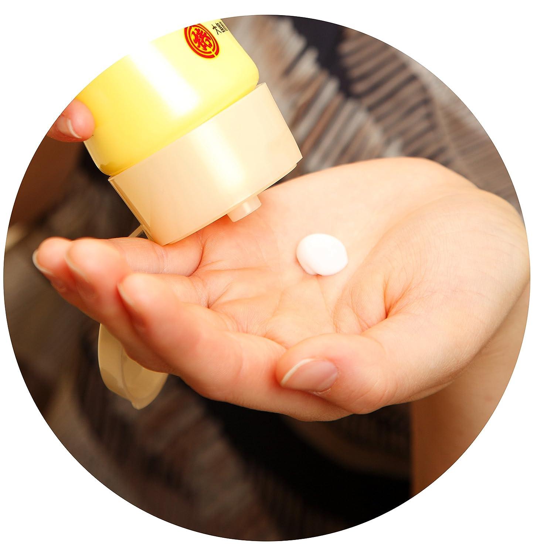 大島椿のヘアクリームをとる手