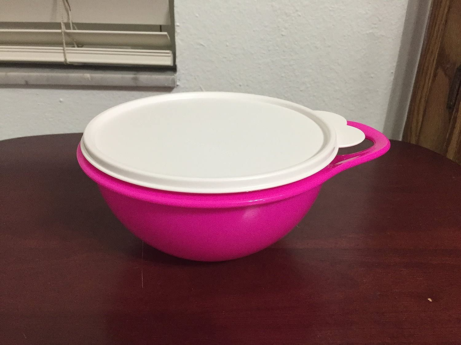 Tupperware 6 Cup Thatsa Mini Bowl in Electric Hot Pink with Snow White Seal