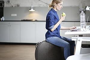 richtig sitzen im Büro auf dem Sitzball