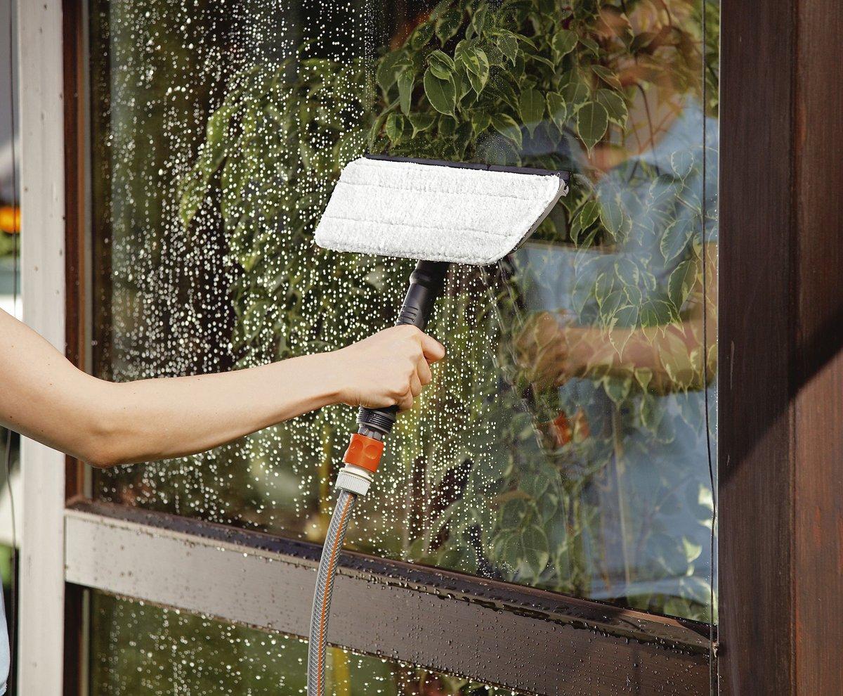 Waschb/ürste + Shampoo auch f/ür empfindliche Oberfl/ächen und die Autow/äsche geeignet Wasserf/ührende Reinigungsb/ürste f/ür das Cleansystem GARDENA Waschb/ürste