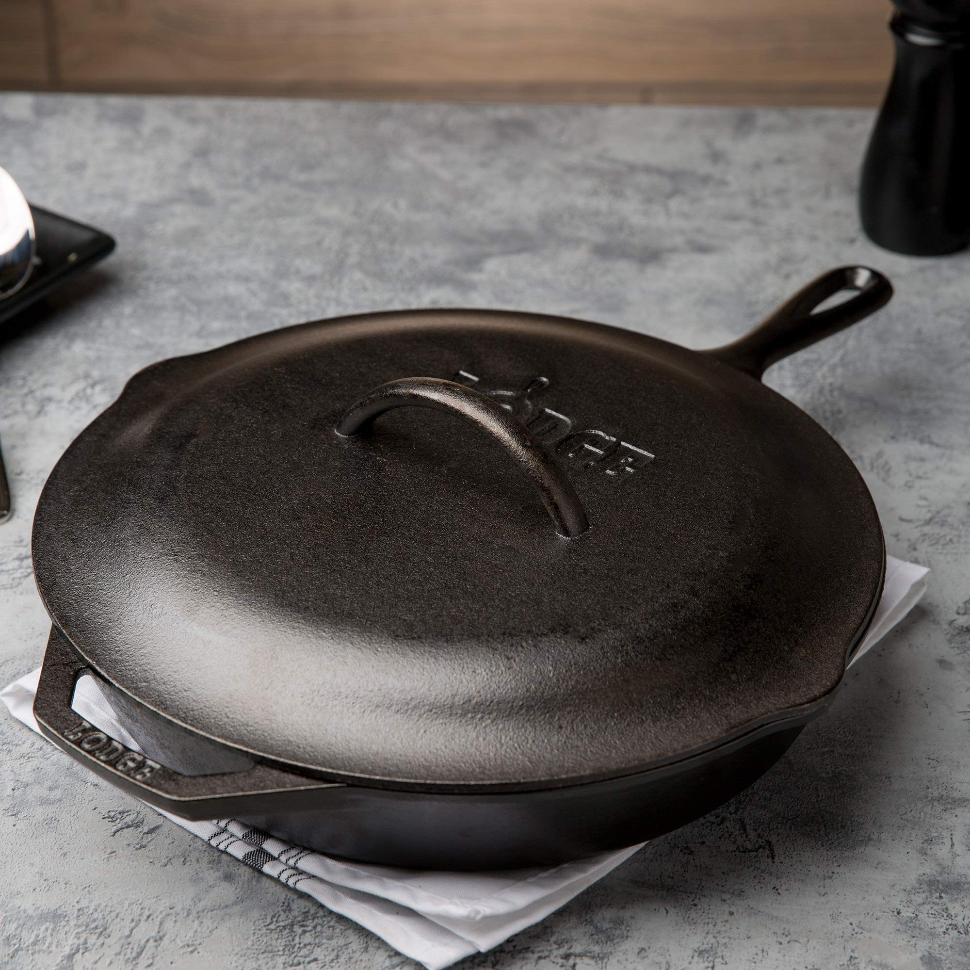 Lodge Seasoned Cast Iron Skillet - 12 Inch Ergonomic Frying Pan with Assist Handle with Cast Iron Cover by Lodge (Image #3)