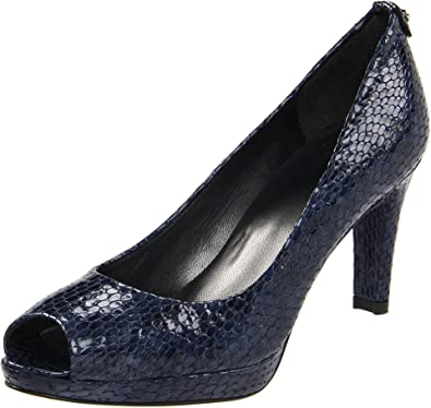 52921a34ce16 Amazon.com  Stuart Weitzman Women s Logoplainfield  Shoes