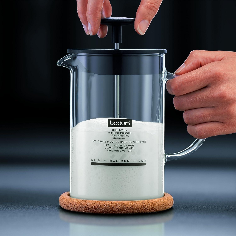 Milch aufschäumen mit manuellem Milchaufschäumer