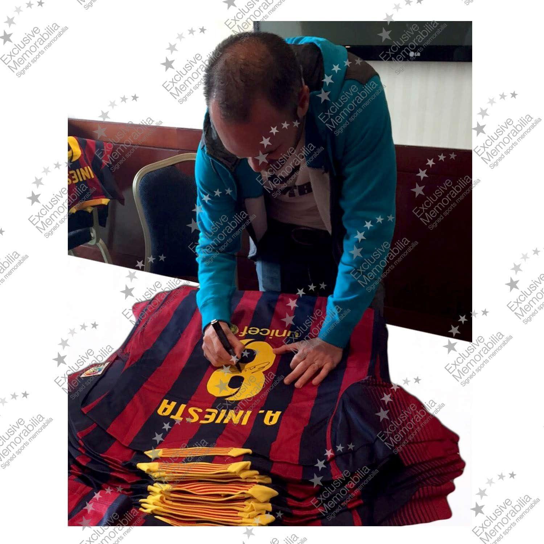 2013-14 de Barcelona camiseta de fútbol firmada por Andrés Iniesta: Amazon.es: Deportes y aire libre