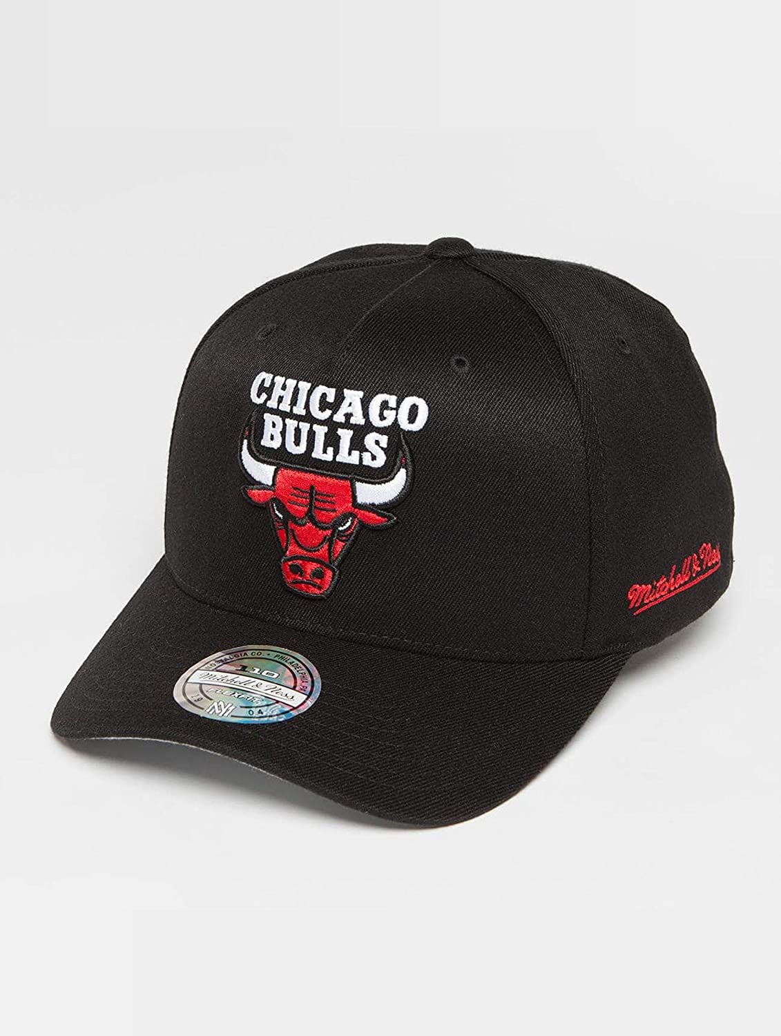 d5249b8eb12e3 Mitchell   Ness Chicago Bulls INTL132 110 Curved Eazy NBA Flexfit Snapback  Cap One Size Black at Amazon Men s Clothing store