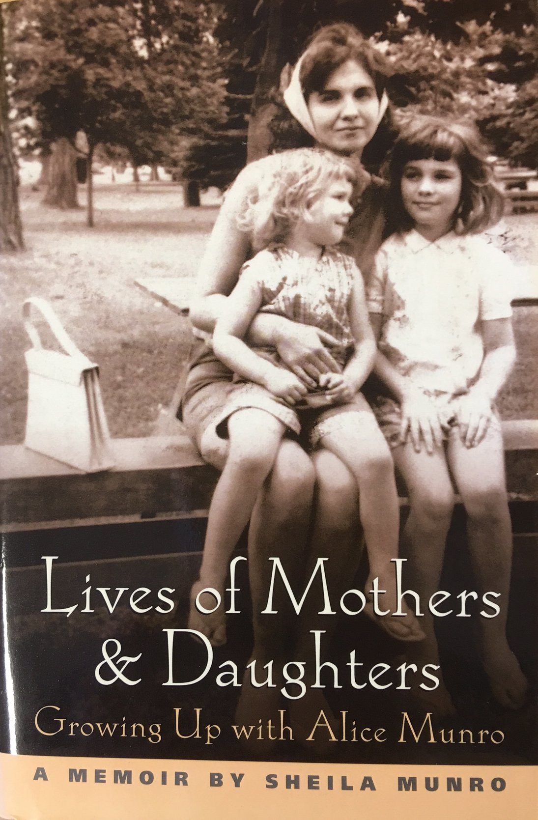 Read Online Lives of Mothers and Daughters: Growing up with Alice Munro pdf epub