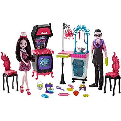 Monster High Monster Family Vampire Kitchen Playset & 2-Pack Dolls: Toys & Games