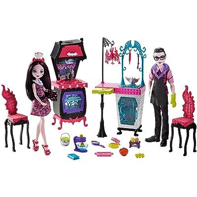 Monster High Monster Family Vampire Kitchen Playset & 2-Pack Dolls: Toys & Games