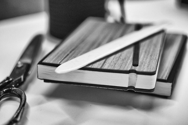 16x21,7cm Taccuino per appunti fatto a mano in Italia Dimensione A5 Chiusura ad elastico 201 pagine numerate e indice. Copertina rigida in legno colore ebano nero 13sedicesimi