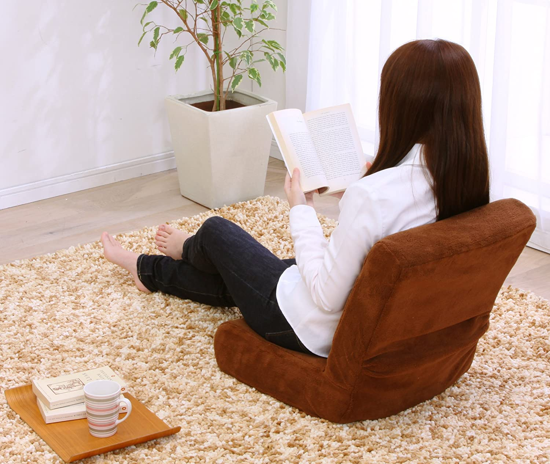 座椅子に座り読書する女性