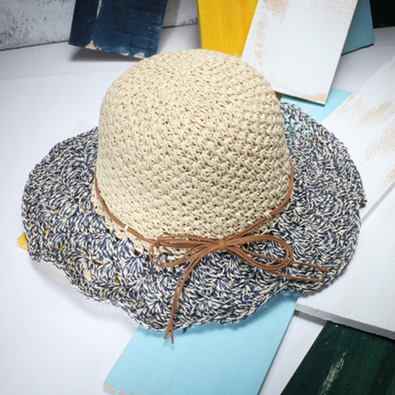 Señoras del verano que doblan la playa del sombrero del sol mano ...