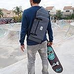 Homme avec un sac de skate à bandoulière