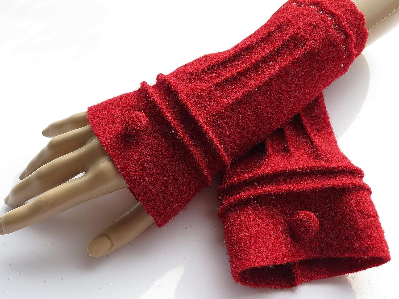 Armstulpen/Pulswärmer aus dunkelrotem Walkwolle (Walk, Walkstoff); Bort, umringende und Längsbiesen, Knopf, Zierstich