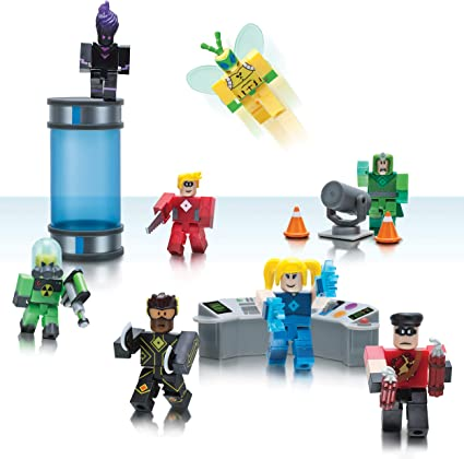 Amazon Com Roblox Action Collection Heroes Of Robloxia Playset Includes Exclusive Virtual Item Toys Games
