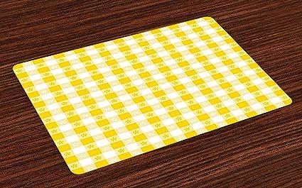 Colchonetas amarillas y blancas, motivos a cuadros con ...