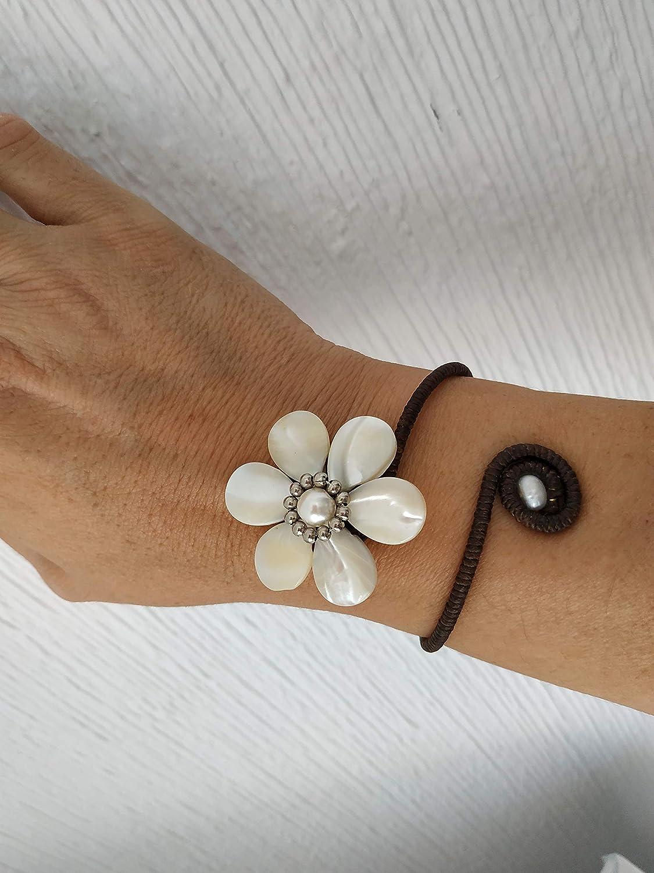 Pulsera brazalete flor de nacar, perla de rio, ajustable, regalo para ella, regalo de navidad, artesanal, handmade de mujer