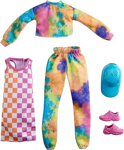 Amazon Com Barbie Fashions Juego De 2 Prendas De Vestir 2 Trajes De Muneca Incluye Trotadores Y Sudadera Vestido A Cuadros Gorra Azul Y Zapatillas Rosas Regalo Para Ninos De 3 A 8