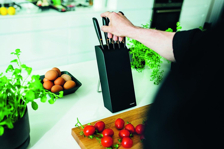 Messerblock in der Küche und Gemüse schneiden Küchengeräte