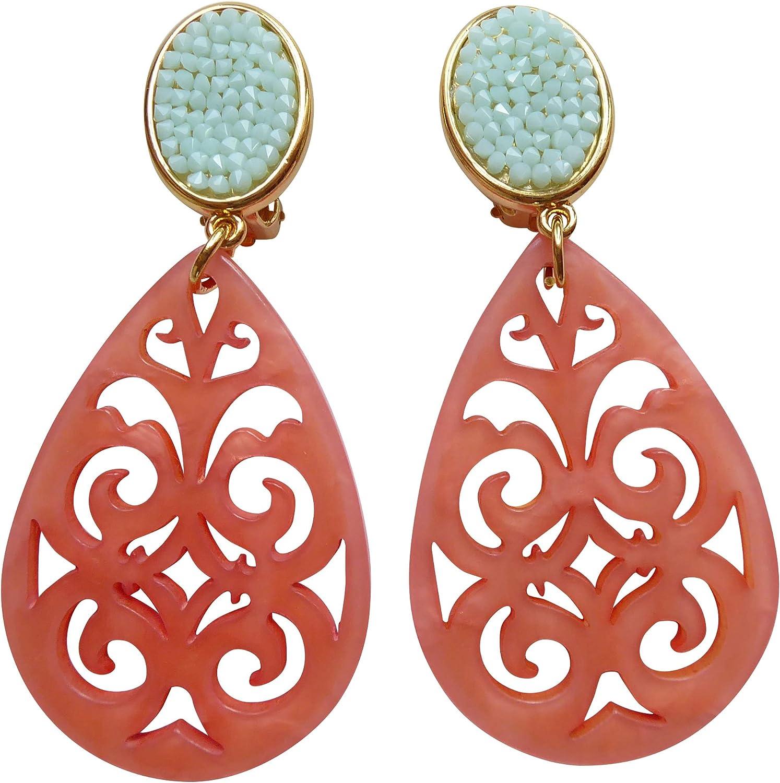 Pendientes de clip dorados con aspecto de diamantes de imitación de color verde menta y colgante de coral de color rojo con forma de gota.
