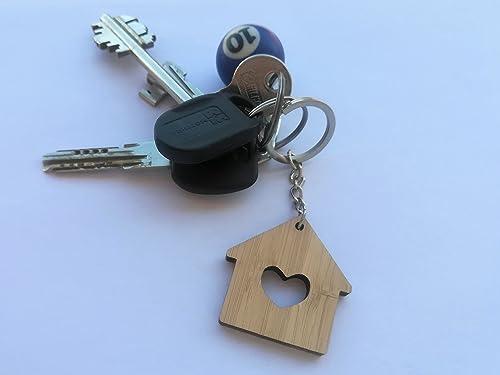 Simpático llavero de madera en forma de una pequeña casa con ...