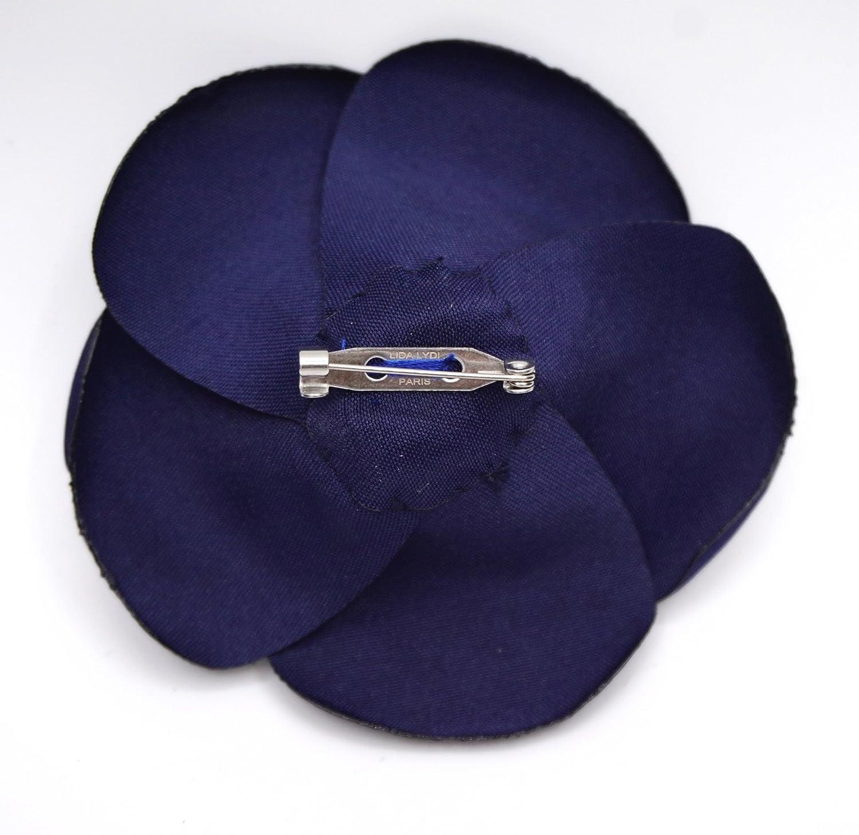 Broche fleur cam/élia en satin bleu marine.