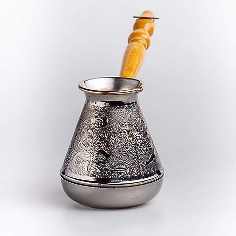 Una cafetera de Cobre, cezve, ibrik, cafetera Orientalcon un Mango de Madera para una Estufa de Gas o eléctrica para Preparar una Bebida de café ...