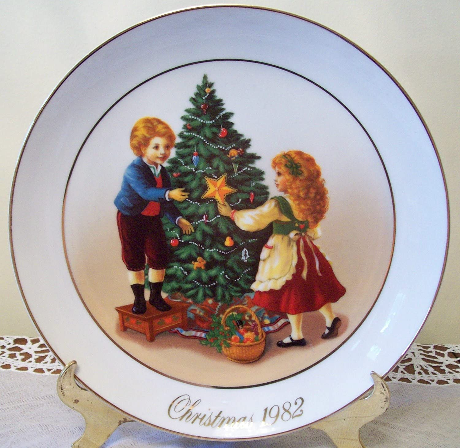 Amazon Com Avon Christmas 1982 Collector Plate Second Edition Keeping The Christmas Tradition Home Kitchen