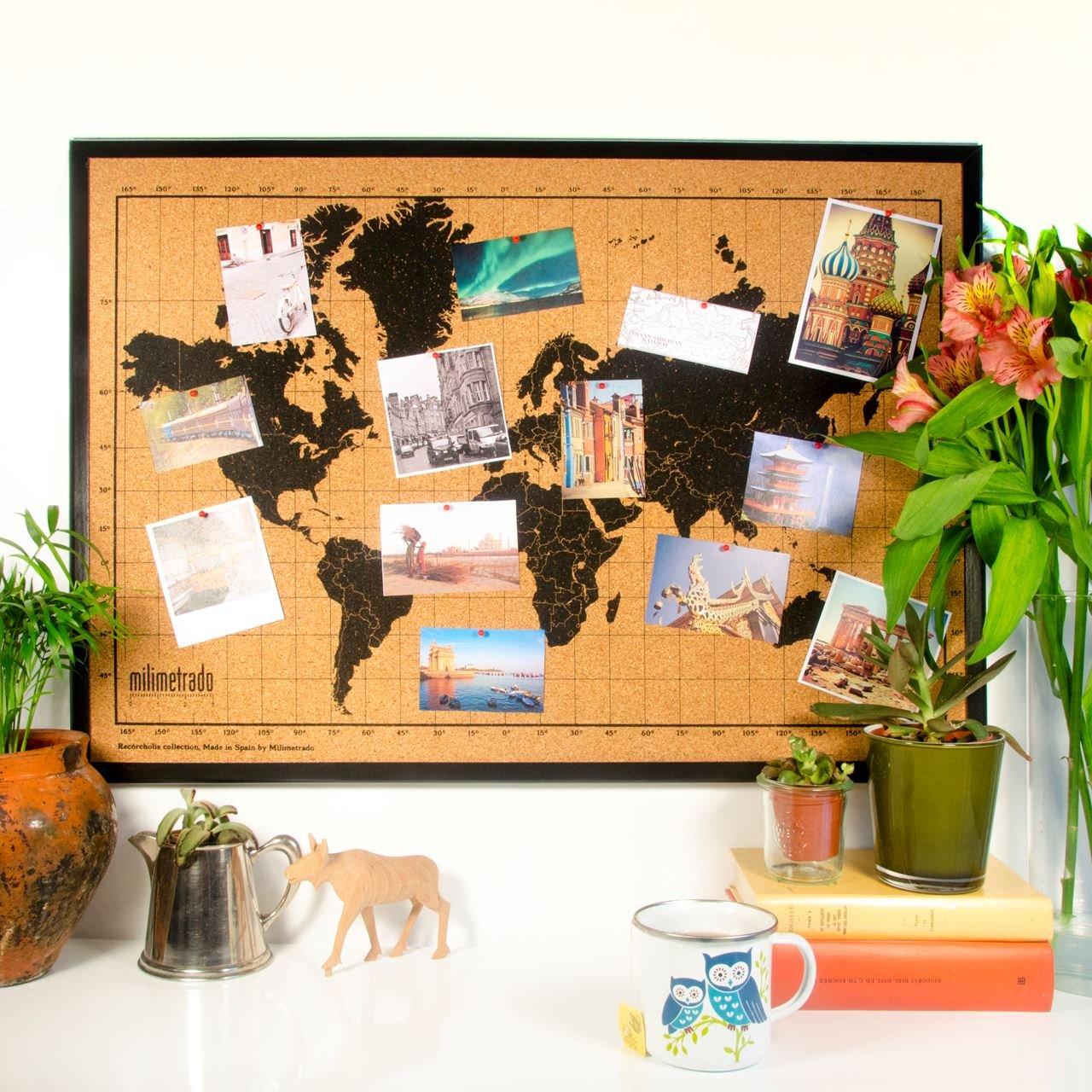 Carte du monde en liège avec cadre en bois