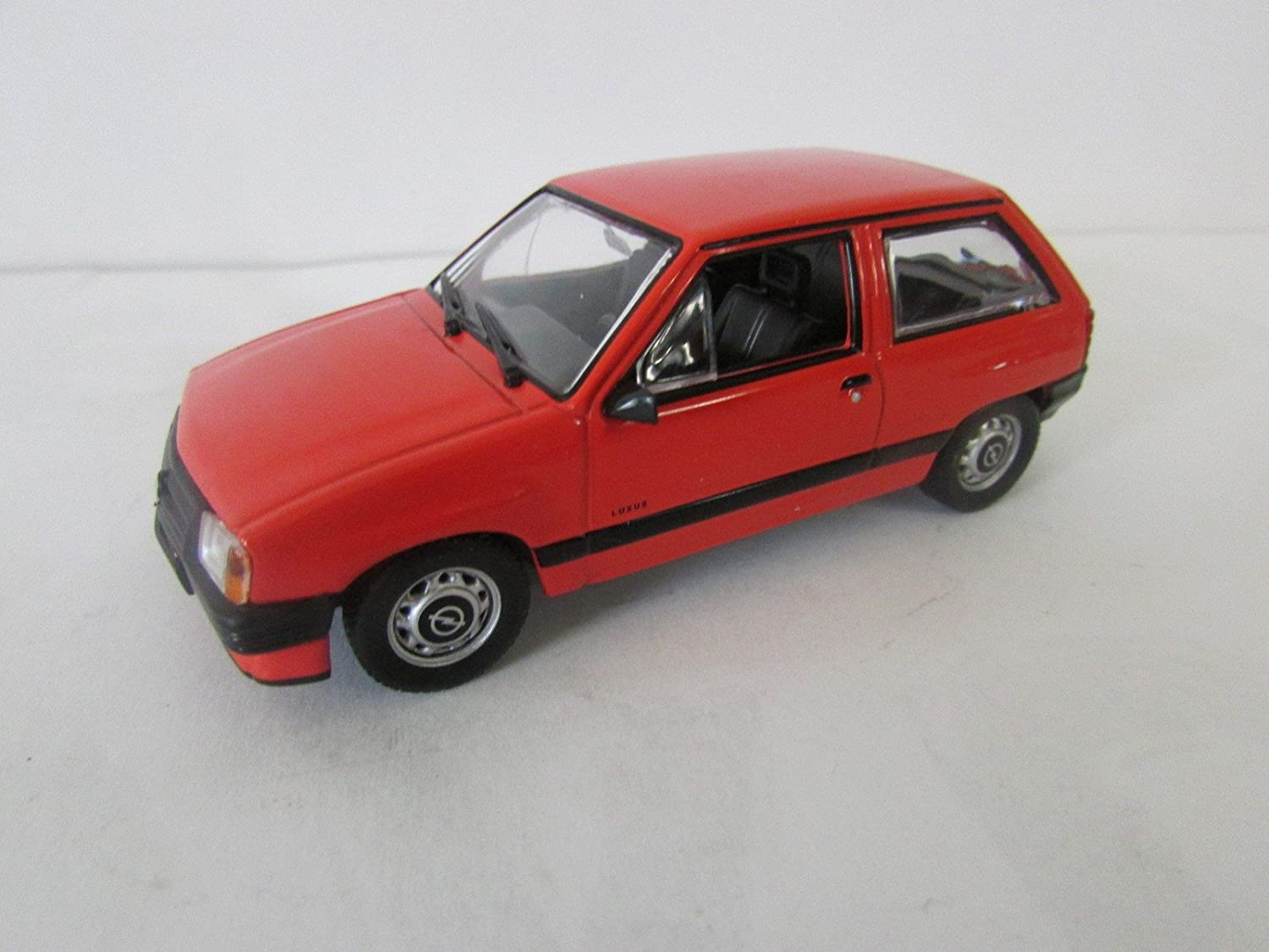 Opel Corsa (2-drzwiowa) voiture de collection à léchelle 1:43 rouge -réf 190**: Amazon.es: Juguetes y juegos