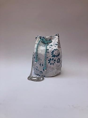 0ba8587f8 Bolso Bombonera de tela fallera valenciana blanca con estampado de flores  azules y plata