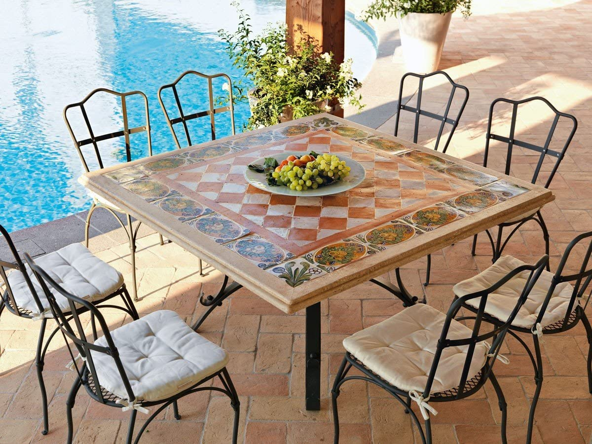 dafnedesign. com–Mesa de jardín–Mesa Thor cm cuadrado 140x 140de hierro con mosaico, llano de Travertino de barro y Loza decorada a mano.