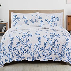 Great Bay Home 3-Piece Reversible Quilt Set with Shams. All-Season Microfiber Bedspread with Floral Print Pattern. Raelynn Collection (Full/Queen)