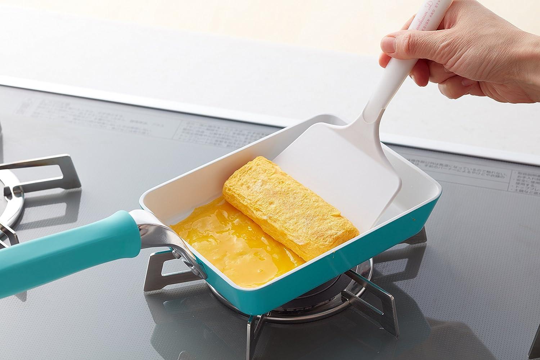 シリコン製のフライ返しで卵焼きを作る手元