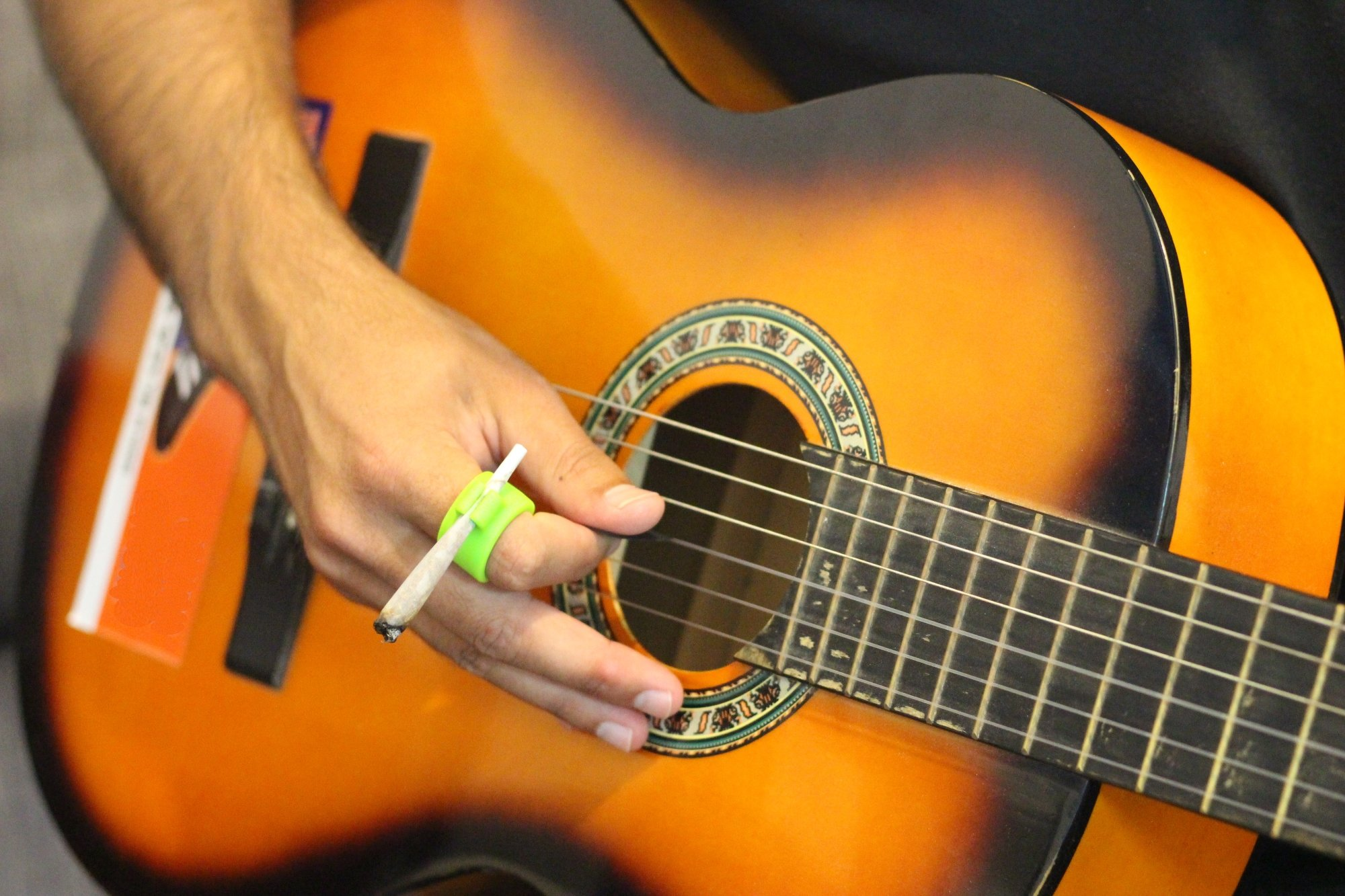 smOky | Smoking Ring: Hands Free Cigarette Holder For Nicotine Free Fingers | Adaptable Stretchy And Durable Silicone Material, Ideal Gadget For Console & PC Gamers, Guitar Players And Drivers