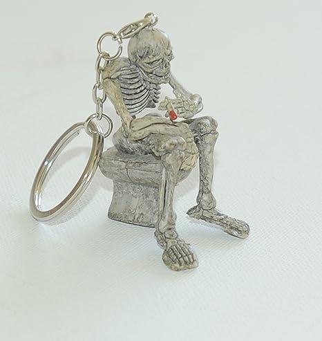 Llavero de plástico, diseño de esqueleto sentado en retrete ...