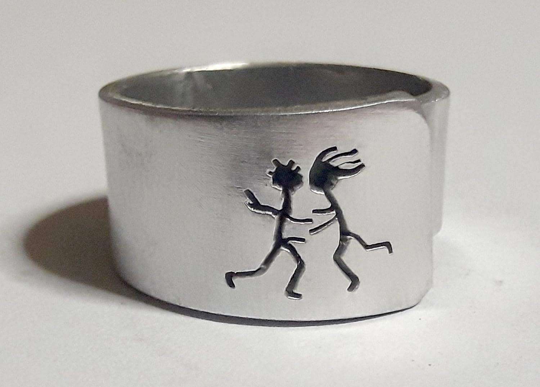 Anello a fascia aperto d'alluminio: uomo e donna baciano, con testo personalizzato.